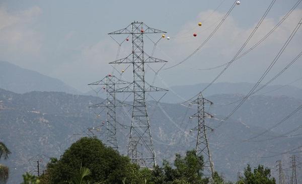 O que são aquelas bolas nos fios de alta tensão - O que são aquelas bolas presas nos cabos de alta tensão?