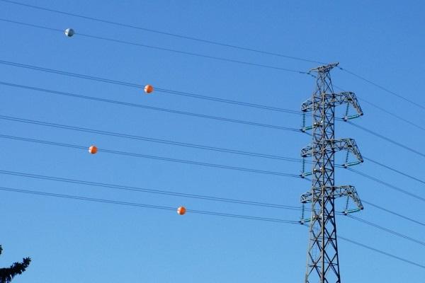 O que são aquelas esferas laranjas nos fios de alta tensão - O que são aquelas bolas presas nos cabos de alta tensão?